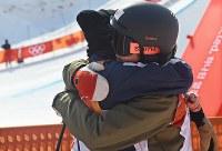【平昌五輪】フリースタイルスキー女子ハーフパイプ決勝3回目を終えて、アメリカのボーマン・マディー(左)と抱き合う小野塚彩那=フェニックス・スノーパークで2018年2月20日、山崎一輝撮影