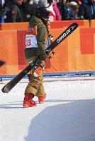 【平昌五輪】フリースタイルスキー女子ハーフパイプ決勝3回目を終えて引き上げる小野塚彩那=フェニックス・スノーパークで2018年2月20日、山崎一輝撮影