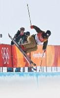 【平昌五輪】フリースタイルスキー女子ハーフパイプ決勝3回目の小野塚彩那のエア=フェニックス・スノーパークで2018年2月20日、山崎一輝撮影