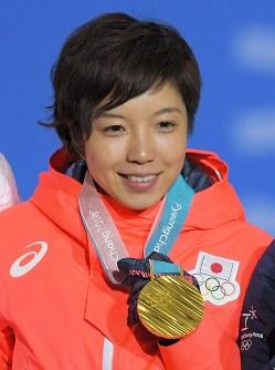 【平昌五輪】スピードスケート女子500メートルの表彰式で、金メダルを手に笑顔を見せる小平奈緒=平昌メダルプラザで2018年2月20日、手塚耕一郎撮影