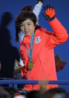 【平昌五輪】スピードスケート女子500メートルの表彰式を終え、金メダルを胸に手を振りながら退場する小平奈緒=平昌メダルプラザで2018年2月20日、手塚耕一郎撮影