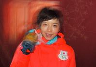 【平昌五輪】スピードスケート女子500メートルの表彰式を終え、金メダルを手に笑顔の小平奈緒=平昌メダルプラザで2018年2月20日、手塚耕一郎撮影