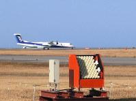空港で低層の風を観測する装置(手前)=(株)ソニック提供