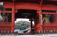 あざやかな朱塗りの大門=和歌山県紀の川市粉河で