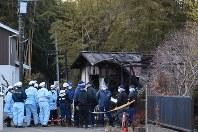 Prefectural police investigators examine the scene of the fire at the residence of Yoshiko Ebihara in Inzai, Chiba Prefecture, on Feb. 18, 2018. (Mainichi)