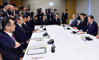 Chief Cabinet Secretary Yoshihide Suga, right, addresses a government panel preparing rituals concerning Emperor Akihito's abdication, at the prime minister's office on Feb. 20, 2018. Seen second from left is Imperial Household Agency Grand Steward Shinichiro Yamamoto. (Mainichi)