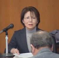 協議会員らを前に講演をする磯谷富美子さん