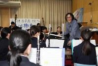 白子高の生徒たちを指導する作曲家の宮川彬良さん(右奥)=鈴鹿市の同校で