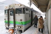 1両編成の始発列車から降りるJR夕張支線の乗客ら=夕張市のJR夕張駅で
