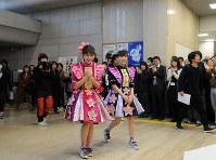 滋賀県東近江市役所で職員らの歓迎を受ける佐々木さん(左)と高城さん=2018年2月20日午前10時51分、金子裕次郎撮影