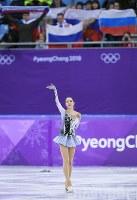 観客席でロシア国旗が振られる中、手を振って応える首位に立ったOARのアリーナ・ザギトワ=江陵アイスアリーナで2018年2月21日、手塚耕一郎撮影