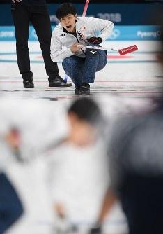 【平昌五輪】【日本―韓国】第1エンド、ショットを放ち指示を出す両角友佑(奥)=江陵カーリングセンターで2018年2月21日、宮間俊樹撮影