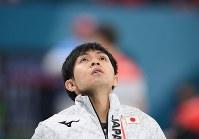 【平昌五輪】【日本―韓国】第3エンド、狙い通りのショットが放てず天を仰ぐ両角友佑=江陵カーリングセンターで2018年2月21日、宮間俊樹撮影
