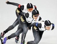【準決勝】女子団体追い抜き準決勝で滑走する(右から)高木菜那、高木美帆、菊池彩花=江陵オーバルで2018年2月21日、佐々木順一撮影