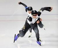 女子団体追い抜き決勝で滑走する(手前から)高木美帆、佐藤綾乃、高木菜那=江陵オーバルで2018年2月21日、佐々木順一撮影