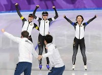 女子団体追い抜き決勝でオランダに勝利し喜ぶ(右奥から)高木菜那、高木美帆、佐藤綾乃=江陵オーバルで2018年2月21日、宮間俊樹撮影