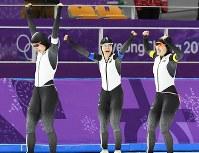 女子団体追い抜きで優勝して喜ぶ(左から)高木美帆、高木菜那、佐藤綾乃=江陵オーバルで2018年2月21日、山崎一輝撮影