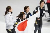 女子団体追い抜きで金メダルを獲得し喜ぶ(右から)高木美帆、高木菜那、佐藤綾乃、菊池彩花=江陵オーバルで2018年2月21日、佐々木順一撮影