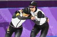 女子団体追い抜きで優勝し、抱き合って喜ぶる佐藤綾乃(左)と高木美帆=江陵オーバルで2018年2月21日、山崎一輝撮影
