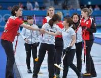 【スイスー日本】第9エンドを終えて4点差となり、ギブアップしてスイス選手と握手を交わす日本の選手たち=江陵カーリングセンターで2018年2月21日、手塚耕一郎撮影