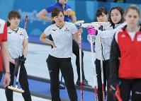 【スイスー日本】第9エンド、スイスがタイムを取っている間、険しい表情で待つ日本の選手たち=江陵カーリングセンターで2018年2月21日、手塚耕一郎撮影