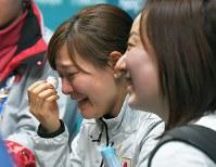 【スイスー日本】試合後、報道陣に準決勝進出について聞かれ、「それより負けたことが悔しい」と涙を流す吉田知那美(左)。右は藤沢五月=江陵カーリングセンターで2018年2月21日、手塚耕一郎撮影