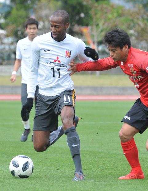 名古屋との練習試合で相手と競り合う浦和のマルティノス(左)=大島祥平撮影