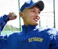 投球練習をする瀬戸内の野田史竜投手(2年)=広島市東区山根東5の練習グラウンドで、小山美砂撮影