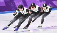 Miho Takagi, Ayaka Kikuchi and Nana Takagi (from left to right) compete in the pursuit speed skating semifinals in Gangneung, South Korea, at the Pyeongchang Winter Olympics on Feb. 21, 2018. (Mainichi)