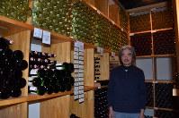 ワイナリーにある8000本収容可能なワインセラーを案内する五枚橋裕さん=盛岡市の五枚橋ワイナリーで