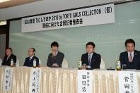 東京ガールズコレクションの開催についての記者会見で話す村上実行委員長(中央)=静岡市葵区で