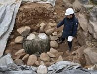 新たに発掘された井戸と見られる石組み遺構