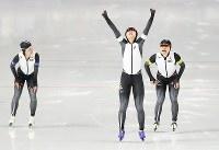 女子団体追い抜きで金メダルを獲得し両手を突き上げる高木美帆(中央)と佐藤綾乃(右)、高木菜那=江陵オーバルで2018年2月21日、佐々木順一撮影