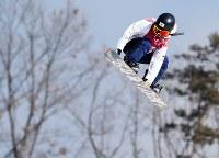 スノーボード女子ビッグエア決勝2回目で技を決める岩渕麗楽=アルペンシア・ジャンプセンターで2018年2月22日、佐々木順一撮影