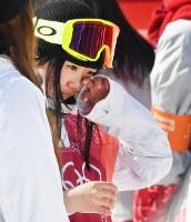 スノーボード女子ビッグエア決勝3回目を終えて涙を流す岩渕麗楽=アルペンシア・ジャンプセンターで2018年2月22日、山崎一輝撮影