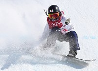 スノーボード女子ビッグエア決勝3回目で着地が乱れた岩渕麗楽=アルペンシア・ジャンプセンターで2018年2月22日、佐々木順一撮影