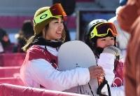 スノーボード女子ビッグエア決勝3回目を終えて、会場をみる岩渕麗楽(左)と藤森由香=アルペンシア・ジャンプセンターで2018年2月22日、山崎一輝撮影