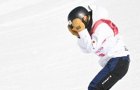スノーボード女子ビッグエア決勝3回目、着地に失敗して頭を抱える藤森由香=アルペンシア・ジャンプセンターで2018年2月22日、山崎一輝撮影