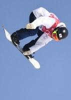 スノーボード女子ビッグエア決勝3回目、岩渕麗楽のエア=アルペンシア・ジャンプセンターで2018年2月22日、山崎一輝撮影