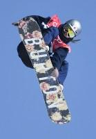 スノーボード女子ビッグエア決勝3回目、鬼塚雅のエア=アルペンシア・ジャンプセンターで2018年2月22日、山崎一輝撮影