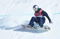 スノーボード女子ビッグエア決勝3回目、着地に失敗する鬼塚雅=アルペンシア・ジャンプセンターで2018年2月22日、山崎一輝撮影