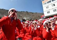 【平昌五輪】アルペン男子回転に出場した北朝鮮選手に声援を送る北朝鮮の応援団=竜平アルペンセンターで2018年2月22日、宮間俊樹撮影