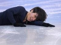 エキシビションに向けた練習でジャンプで失敗し、転倒する宇野昌磨=江陵アイスアリーナで2018年2月22日、手塚耕一郎撮影