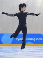 エキシビションに向けた練習で、アクセルジャンプの練習を繰り返す羽生結弦=江陵アイスアリーナで2018年2月22日、手塚耕一郎撮影