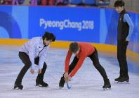 エキシビションに向けた練習の合間、他の選手と、アイスホッケーのまねをして遊ぶ羽生結弦(左)=江陵アイスアリーナで2018年2月22日、手塚耕一郎撮影