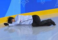 【連続写真⑥】エキシビションに向けた練習でリンクに姿を見せた冒頭、他の選手たちとショートトラック選手のまねをして滑っていて、曲がりきれずに転倒し、笑顔を見せる羽生結弦=江陵アイスアリーナで2018年2月22日、手塚耕一郎撮影