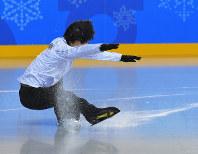 【連続写真④】エキシビションに向けた練習でリンクに姿を見せた冒頭、他の選手たちとショートトラック選手のまねをして滑っていて、曲がりきれずに転倒する羽生結弦=江陵アイスアリーナで2018年2月22日、手塚耕一郎撮影