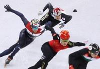 男子500メートル準決勝で敗退し、順位決定戦で滑走する坂爪亮介(奥)=江陵アイスアリーナで2018年2月22日、佐々木順一撮影