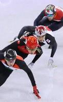 男子500メートル準決勝で敗退し、順位決定戦で滑走する坂爪亮介(手前から3人目)=江陵アイスアリーナで2018年2月22日、佐々木順一撮影