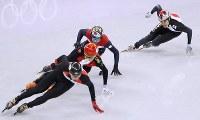 男子500メートル準決勝で敗退し、順位決定戦で滑走する坂爪亮介(右)=江陵アイスアリーナで2018年2月22日、佐々木順一撮影